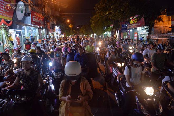 Chùm ảnh: Ngán ngẩm cảnh xe máy cố chạy ngược chiều giờ cao điểm khiến nhiều tuyến đường ở Hà Nội ùn tắc không lối ra - Ảnh 12.