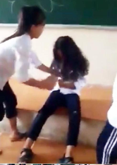 Nữ sinh lớp 7 ở Hà Nội bị bạn đánh dã man ngay trên bục giảng - Ảnh 1.