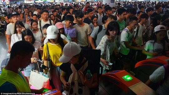 Ngộp thở cảnh dân Trung Quốc chen chúc đi du lịch - Ảnh 1.
