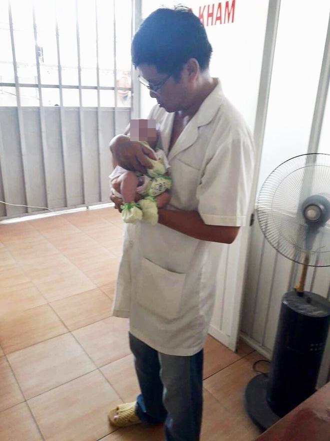 TP.HCM: Mẹ cho tắm liền sau khi bú no, bé gái 20 ngày tuổi sặc sữa ngưng thở - Ảnh 1.