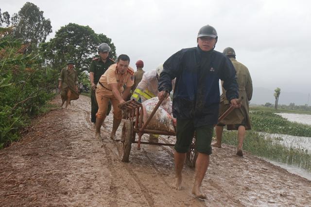 Thanh Hóa: Hơn 100 nhà dân bị ngập nước do vỡ đê - Ảnh 2.