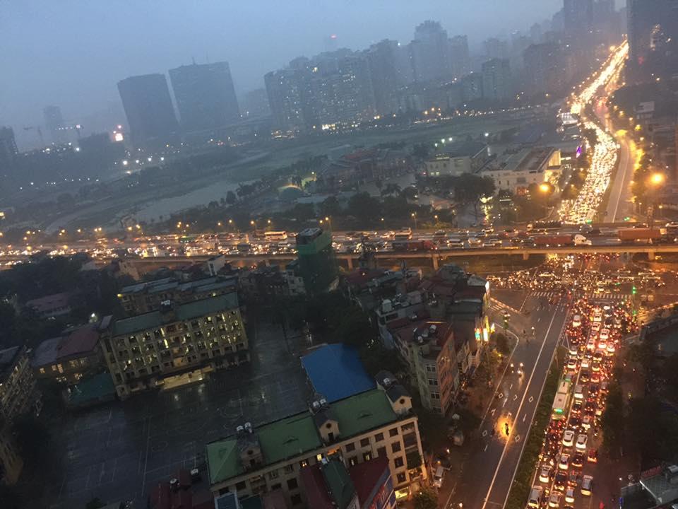 Hà Nội: Tắc đường kinh hoàng giờ tan tầm sau mưa lớn, di chuyển 3km cũng mất tới 1 tiếng đồng hồ! - Ảnh 10.