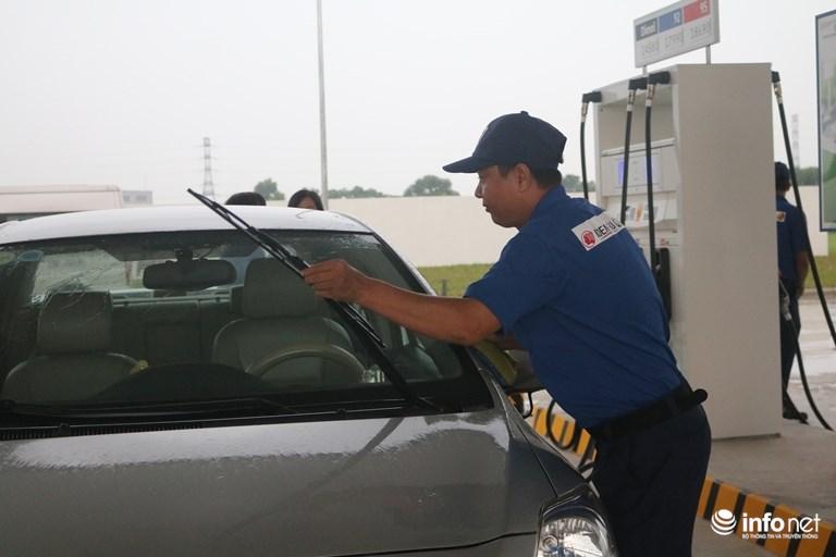Bên cạnh đó các phương tiện sẽ được lau kính và gương xe miễn phí. Nguồn ảnh: Infonet