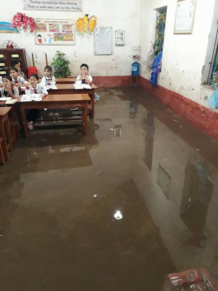 Thái Bình: Lớp học biến thành sông, học sinh phải dùng gầu múc nước - Ảnh 1.