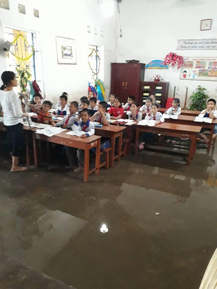 Thái Bình: Lớp học biến thành sông, học sinh phải dùng gầu múc nước - Ảnh 2.