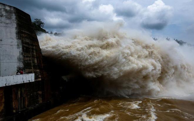 Thủy điện Hòa Bình mở 7 cửa xả lũ, tỉnh Hòa Bình công bố tình trạng khẩn cấp thiên tai - Ảnh 1.