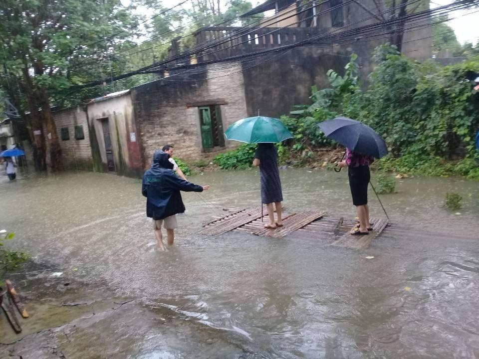 Hình ảnh nữ Bí thư kiêm Chủ tịch phường mặc váy, đứng trên bè cho dân kéo khi đi thị sát mưa lũ tại Thanh Hóa gây xôn xao - Ảnh 1.