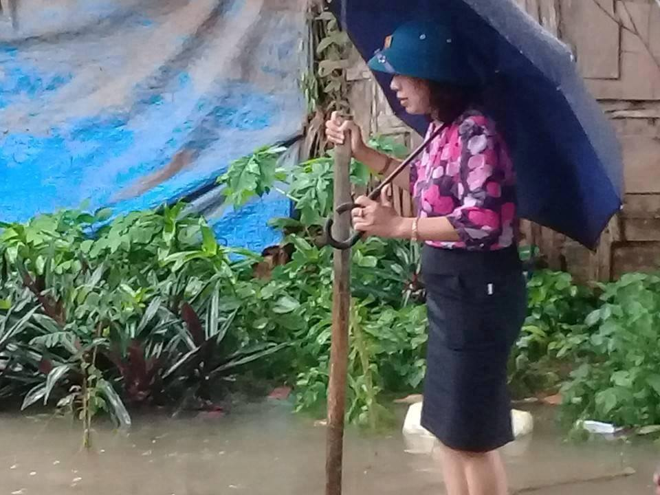 Hình ảnh nữ Bí thư kiêm Chủ tịch phường mặc váy, đứng trên bè cho dân kéo khi đi thị sát mưa lũ tại Thanh Hóa gây xôn xao - Ảnh 2.