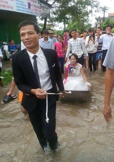 Dù mưa ngập nhưng chú rể Nam Định vẫn hạnh phúc lội nước, kéo thuyền hoa đi đón dâu - Ảnh 2.