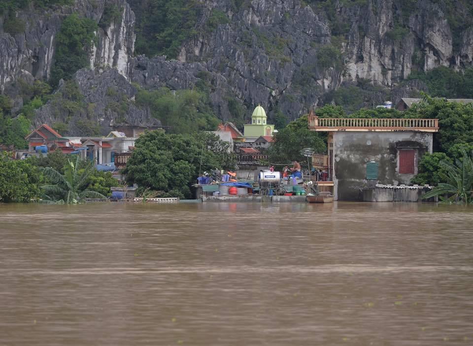 Chùm ảnh: Ninh Bình nhiều nơi nước ngập quá 2m, đường vào khu du lịch Bái Đính bị cô lập - Ảnh 19.