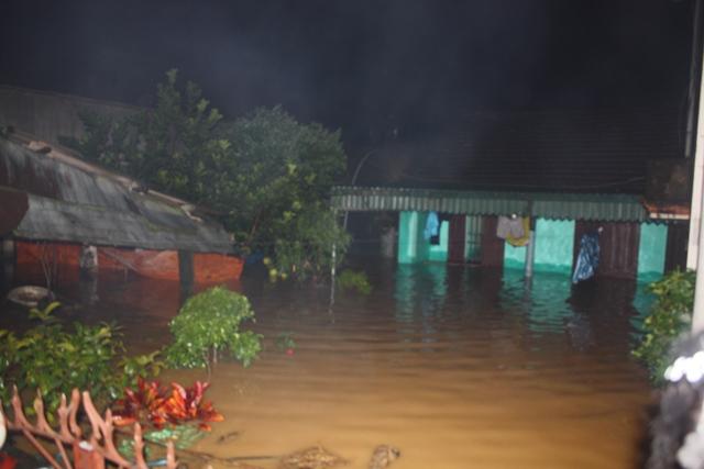 Nước ngập lút nóc nhà, trắng đêm di dời dân - Ảnh 8.