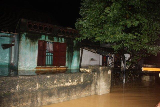 Nước ngập lút nóc nhà, trắng đêm di dời dân - Ảnh 9.