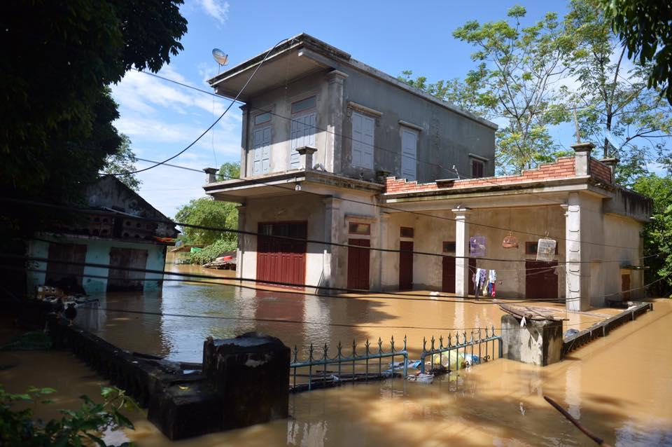 Chùm ảnh: Nhà ngập sâu đến ngang cửa, người dân Ninh Bình dùng chậu nhôm, ghế gỗ chèo thuyền đi lại trong ngõ - Ảnh 8.
