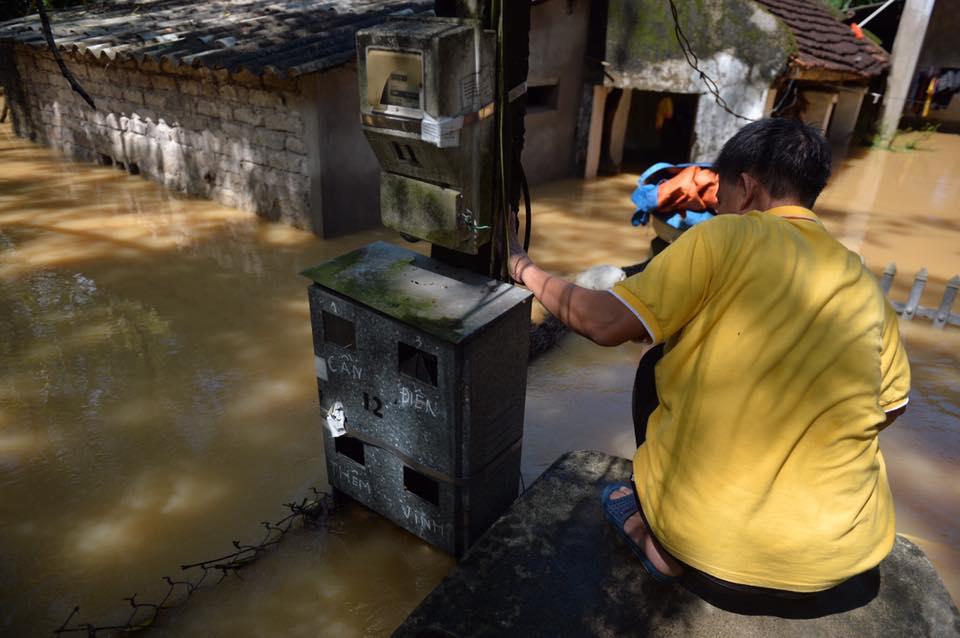 Chùm ảnh: Nhà ngập sâu đến ngang cửa, người dân Ninh Bình dùng chậu nhôm, ghế gỗ chèo thuyền đi lại trong ngõ - Ảnh 13.