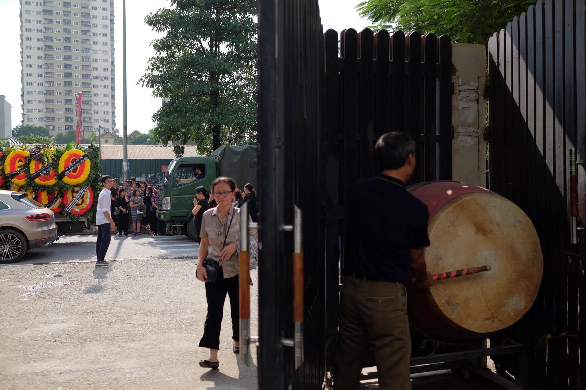 Hàng nghìn học sinh Lương Thế Vinh đứng hai bên đường tiễn đưa đoàn xe chở linh cữu thầy Văn Như Cương về nơi an nghỉ cuối cùng - Ảnh 43.