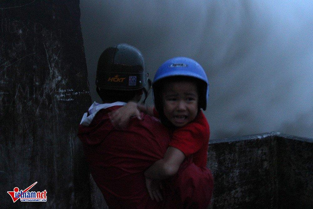 Cháu bé khóc thét bên cửa xả lũ lớn nhất 10 năm qua - Ảnh 2.