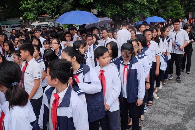 Hàng nghìn học sinh Lương Thế Vinh đứng hai bên đường tiễn đưa đoàn xe chở linh cữu thầy Văn Như Cương về nơi an nghỉ cuối cùng - Ảnh 10.