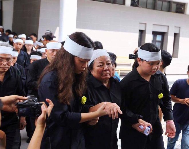 Hàng nghìn học sinh Lương Thế Vinh đứng hai bên đường tiễn đưa đoàn xe chở linh cữu thầy Văn Như Cương về nơi an nghỉ cuối cùng - Ảnh 14.
