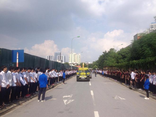 Hàng nghìn học sinh Lương Thế Vinh đứng hai bên đường tiễn đưa đoàn xe chở linh cữu thầy Văn Như Cương về nơi an nghỉ cuối cùng - Ảnh 37.
