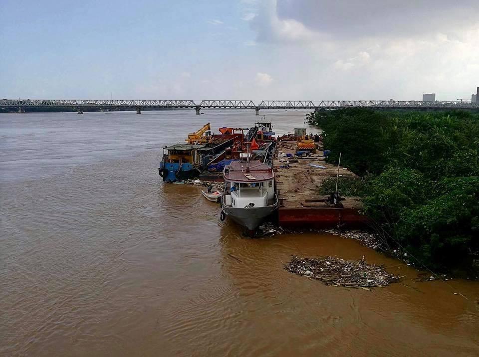 Nước sông Hồng dâng cao, nhiều hoa màu cùng nhà dân bị ngập, tàu thuyền không thể di chuyển qua cầu Long Biên - Ảnh 8.
