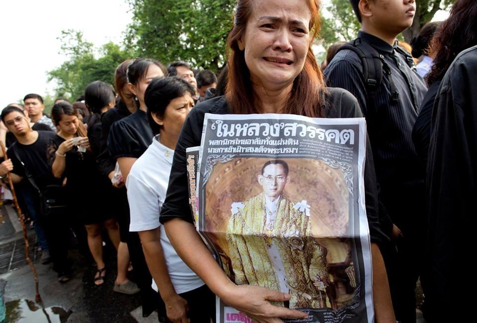 Một năm ngày mất Quốc vương Bhumibol Adulyadej: Những hình ảnh nỗi đau mất mát mà người dân Thái Lan không bao giờ quên - Ảnh 12.