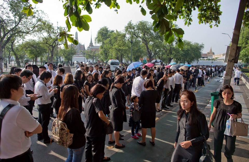 Một năm ngày mất Quốc vương Bhumibol Adulyadej: Những hình ảnh nỗi đau mất mát mà người dân Thái Lan không bao giờ quên - Ảnh 13.
