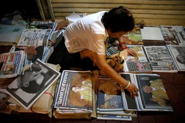 Một năm ngày mất Quốc vương Bhumibol Adulyadej: Những hình ảnh nỗi đau mất mát mà người dân Thái Lan không bao giờ quên - Ảnh 20.