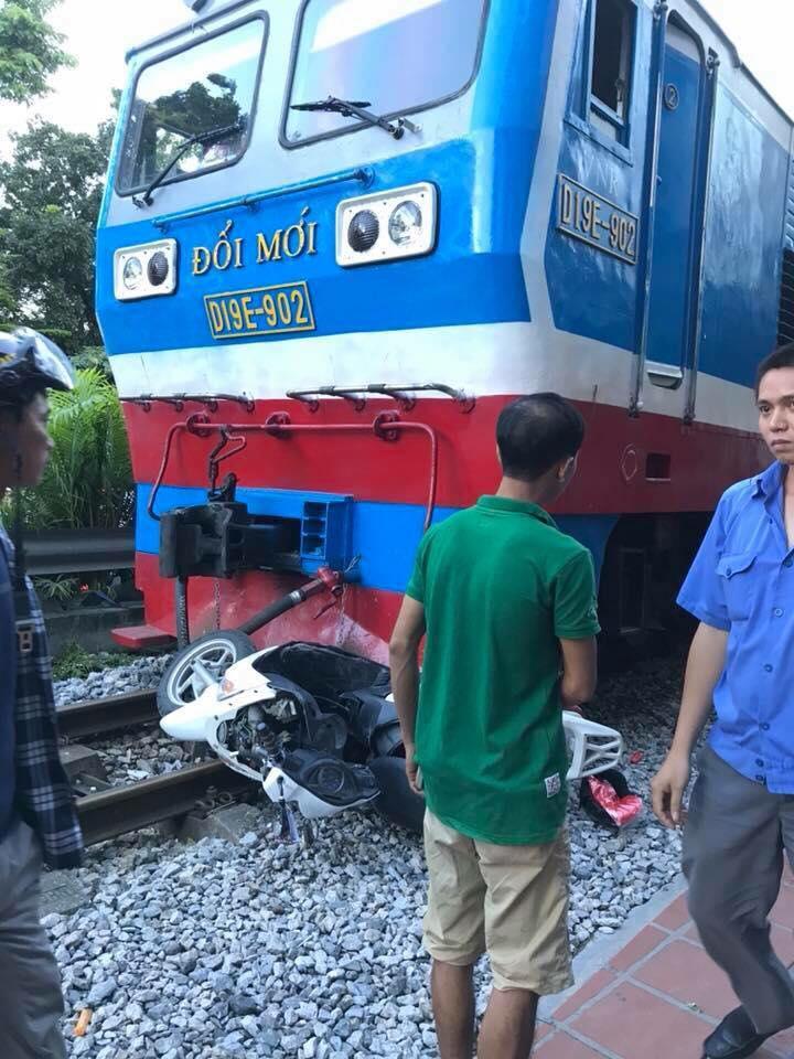 Hà Nội: Băng qua đường sắt trên phố Lê Duẩn, người phụ nữ bị tàu hỏa tông trúng, kéo lê gần 20 mét - Ảnh 2.