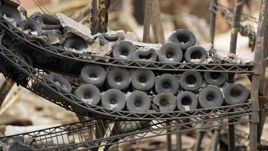 Dòng sông rượu vang sôi sùng sục sau cháy rừng ở California - Ảnh 2.