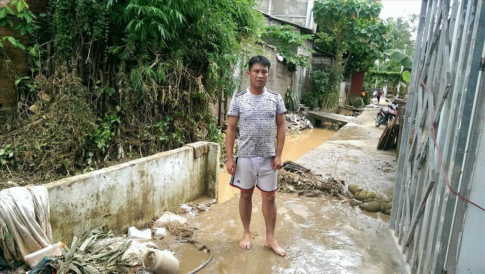 Mưa lũ Yên Bái: Thầy giáo trẻ bế con liều mình băng qua dòng nước lũ - Ảnh 2.