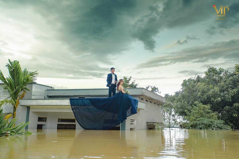 Trong mưa lũ lịch sử ở Ninh Bình, cô dâu chú rể vẫn chịu khó... leo nóc nhà để chụp ảnh cưới - Ảnh 6.