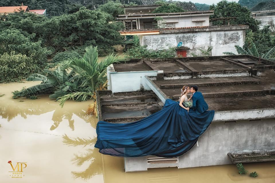 Trong mưa lũ lịch sử ở Ninh Bình, cô dâu chú rể vẫn chịu khó... leo nóc nhà để chụp ảnh cưới - Ảnh 7.