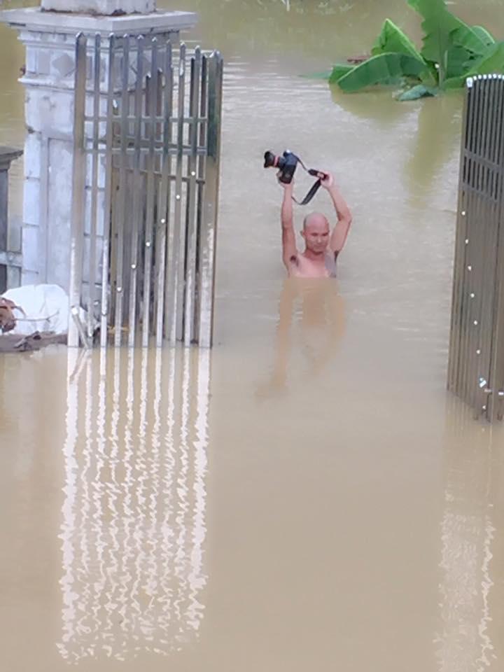Trong mưa lũ lịch sử ở Ninh Bình, cô dâu chú rể vẫn chịu khó... leo nóc nhà để chụp ảnh cưới - Ảnh 5.