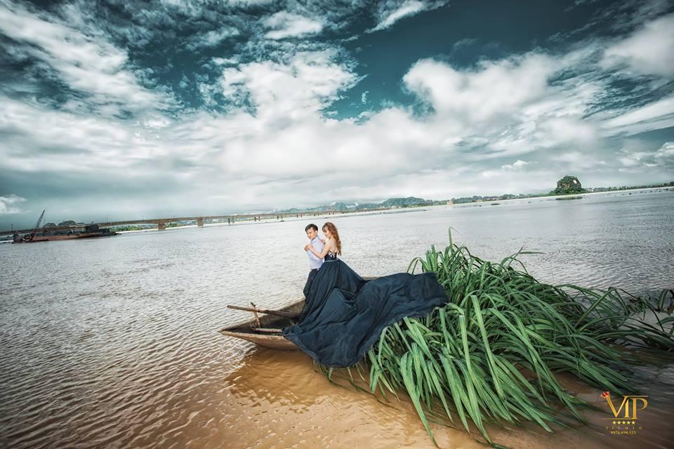 Trong mưa lũ lịch sử ở Ninh Bình, cô dâu chú rể vẫn chịu khó... leo nóc nhà để chụp ảnh cưới - Ảnh 8.