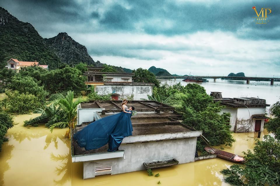 Trong mưa lũ lịch sử ở Ninh Bình, cô dâu chú rể vẫn chịu khó... leo nóc nhà để chụp ảnh cưới - Ảnh 1.