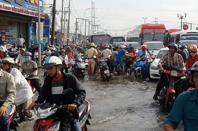 Hình ảnh đẹp: CSGT điều xe công vụ chở xe chết máy giúp người dân thoát khỏi đường ngập ở Sài Gòn - Ảnh 3.