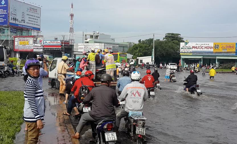 Hình ảnh đẹp: CSGT điều xe công vụ chở xe chết máy giúp người dân thoát khỏi đường ngập ở Sài Gòn - Ảnh 5.