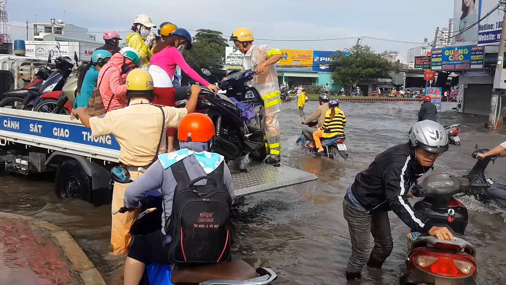 Hình ảnh đẹp: CSGT điều xe công vụ chở xe chết máy giúp người dân thoát khỏi đường ngập ở Sài Gòn - Ảnh 4.