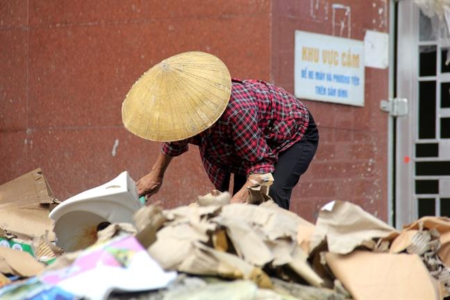 Chợ Vinh ngập gần 2m trong cơn lũ lịch sử, tiểu thương vớt vát tài sản trong nước mắt - Ảnh 4.