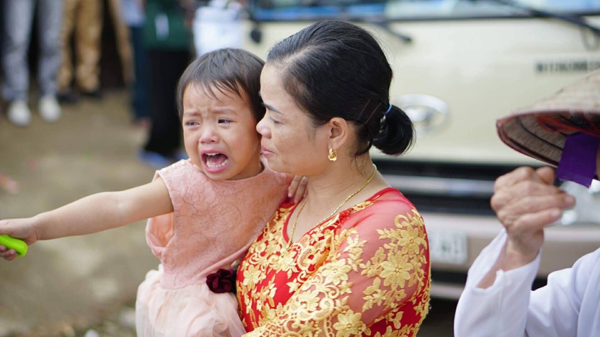Cô em gái tên Linh khóc nức nở không nỡ rời xa chị