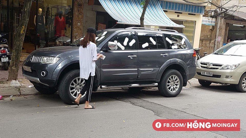 Cô gái trẻ livestream dán băng vệ sinh quanh ô tô vì đỗ trước cửa hàng trên phố Hà Nội gây tranh cãi - Ảnh 3.