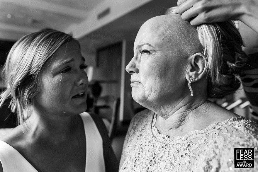 Người mẹ ung thư rơi nước mắt trong đám cưới của con gái - Ảnh 1.