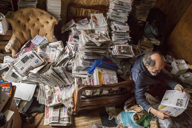 Rùng mình căn phòng của người đàn ông thích sưu tập rác thải: Đồ không dám vứt, rác chất thành đống - Ảnh 1.