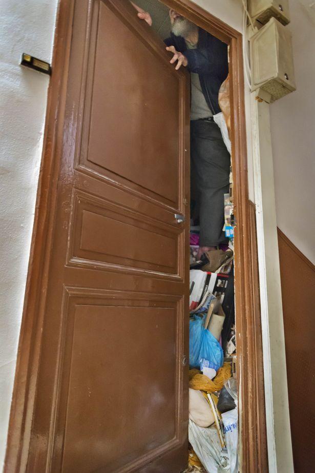 Rùng mình căn phòng của người đàn ông thích sưu tập rác thải: Đồ không dám vứt, rác chất thành đống - Ảnh 2.