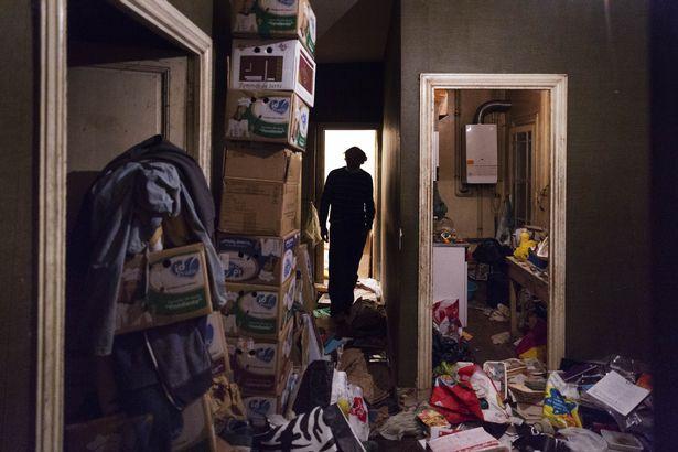 Rùng mình căn phòng của người đàn ông thích sưu tập rác thải: Đồ không dám vứt, rác chất thành đống - Ảnh 3.