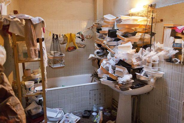 Rùng mình căn phòng của người đàn ông thích sưu tập rác thải: Đồ không dám vứt, rác chất thành đống - Ảnh 4.