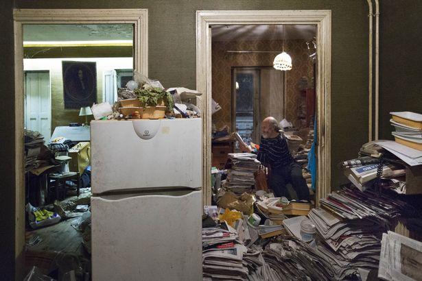 Rùng mình căn phòng của người đàn ông thích sưu tập rác thải: Đồ không dám vứt, rác chất thành đống - Ảnh 5.