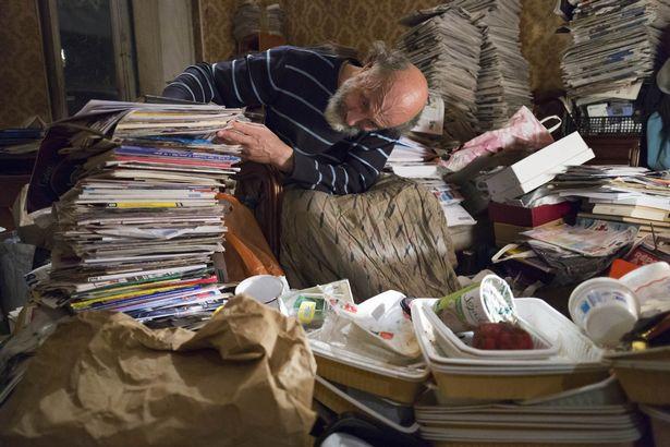 Rùng mình căn phòng của người đàn ông thích sưu tập rác thải: Đồ không dám vứt, rác chất thành đống - Ảnh 9.