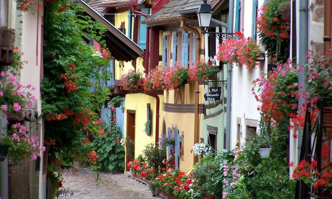 Ngất ngây đắm chìm trong những ngôi làng phủ đầy hoa tươi khắp thế giới - Ảnh 2.