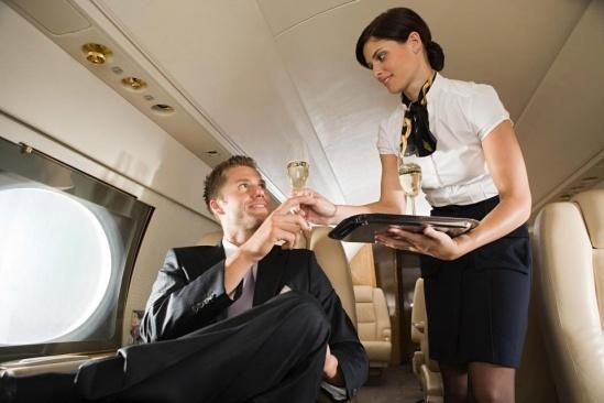 Mặt trái của nghề tiếp viên hàng không: Những cuộc phiêu lưu tình ái vụng trộm với cả khách VIP và phi công - Ảnh 1.